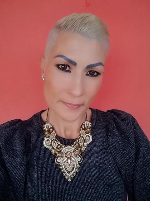 sandra von uniqueles mit blond gefaerbten kurzen haaren
