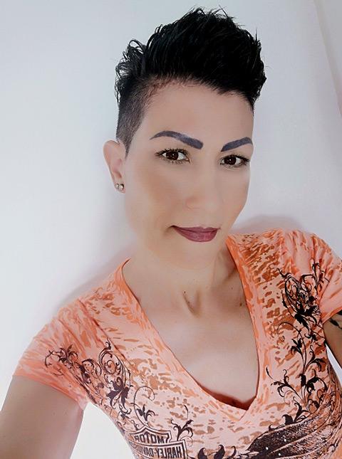 sandra von uniqueles mit kurzen gestylten schwarzen haaren