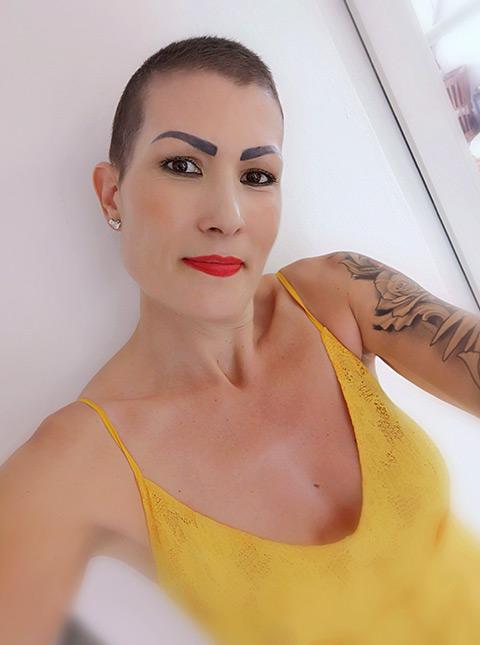 sandra von uniqueles mit kurzen schwarzen haaren und gelbem top