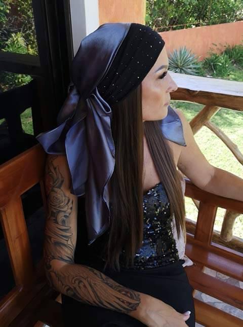 schwarzes mit strassteinen bestuecktes stirnband mit glaenzendem grauen kopftuch und glatten braun blonden extensions