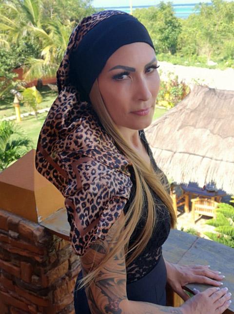schwarzes stirnband mit braunem leopard kopftuch und glatten blonden extensions